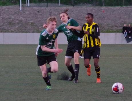 Calle får broms på Abdi medan Taavetti tar hand om bollen. Foto: Pia Skogman, Lokalfotbollen.nu.