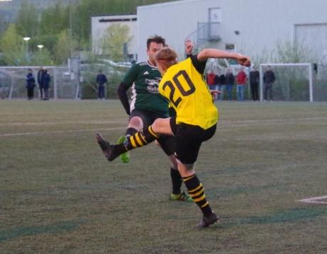 Jimmie Forsgren är åter framme och oroar men Kubens mittback Fredrik Thelander röjer undan utan pardon.  Foto: Pia Skogman, Lokalfotbollen.nu.