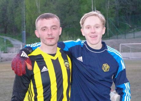 Kubens matchhjälte Fitim Ugzmaijli och målvakten Joakim Wallin som höll nollan. Foto: Pia Skogman, Lokalfotbollen.nu.