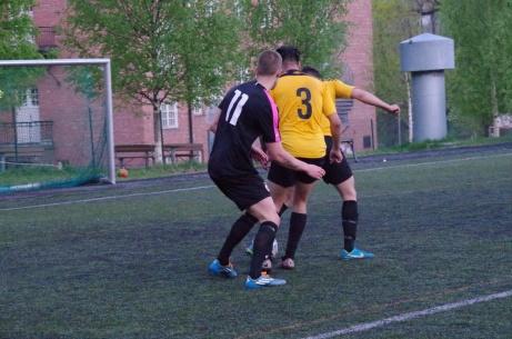 Malik Musovic, Meisam Mohammadi  och ett par andra spelare vänder ryggen åt kameran. Foto: Pia Skogman, Lokalfotbollen.nu.