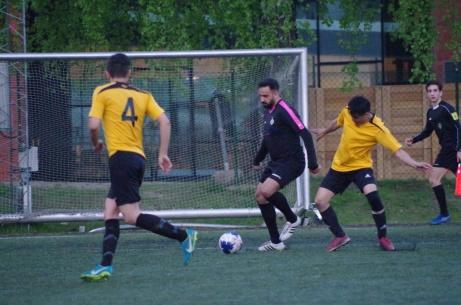 Alen Jasarevic har tagit sig förbi en motståndare och siktar nu in sig på Jawad Mohammadi. Foto: Pia Skogman, Lokalfotbollen.nu.