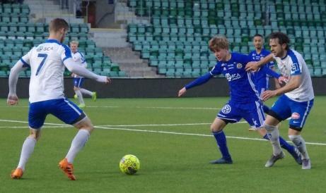 Timrås Oskar Nordlund (till vänster på bilden) och Mehmed Hafizovic (t h) i kamp om bollen med en ensam GIF-spelare i form av Joakim Lehman. Younes Ghafari avvaktar bakom. Foto: Pia Skogman, Lokalfotbollen.nu.