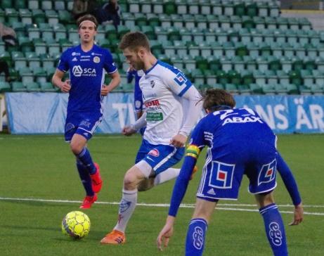 Oskar Nordlund bryter fram och krutar in 3-0 i DM-finalen utan att Nils Eriksson (t v) och Hugo Keller (t h) kan hindra det. Foto: Pia Skogman, Lokalfotbollen.nu.