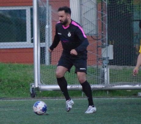 Alen Jasarevic några sekunder innan han driver in i planen och gör FC Norr Uniteds tredje mål mot Ariana FC i 4-1-segern. Foto: Pia Skogman, Lokalfotbollen.nu.