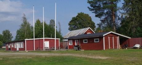 Ovanstående byggnader sedd från andra hållet. inkl. flaggstängerna. Dock inga fanor då det är matchfritt denna dag som Lokalfotbollen besökte arenan Foto: Pia Skogman, Lokalfotbollen.nu.
