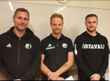 Östavall förlänger med sina tränare David Nordberg och Jordan Binns. På bilden flankerad av klubbens rekryteringsansvarige Roger Pålsson. Foto: Lars-Gunnar Nordlander.