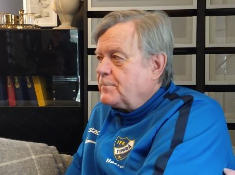 IFK Timrås sportchef Hasse Lundberg intervjuades av Lokalfotbollen under lördagseftermiddagen om klubbens prekära läge efter spelarflykten. Foto: Pia Skogman, Lokalfotbollen.nu.