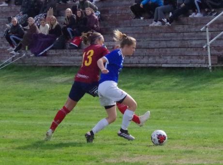 En av många dueller i matchen mellan Maja Medelberg och Emma Ljungdahl. Foto: Pia Skogman, Lokalfotbollen.nu.