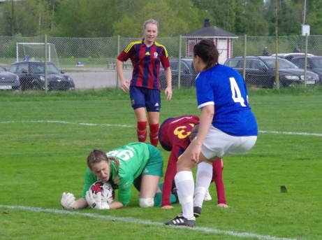 Kelsey Devonshire har bollen i besittning till lagkamraten Amanda Löfgrens stora tillfredsställelse. Linn Jonsson avvaktar i bakgrunden medan Maja Medelberg är mitt i smeten. Foto: Pia Skogman, Lokalfotbollen.nu