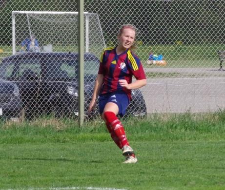Här har emellertid Linn kommit loss och levererar ett högerinlägg.Foto: Pia Skogman, Lokalfotbollen.nu