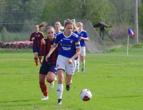 Emma Ljungdahl steget före Maja Medelberg på den bollen. Foto: Pia Skogman, Lokalfotbollen.nu