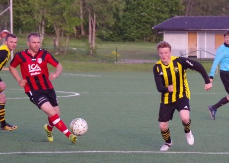 Bild 2: Söråkers Jasmin Muratovic råkar oturligt stöta fram bollen till Jesper Svensson.... Foto: Pia Skogman, Lokalfotbollen.nu.