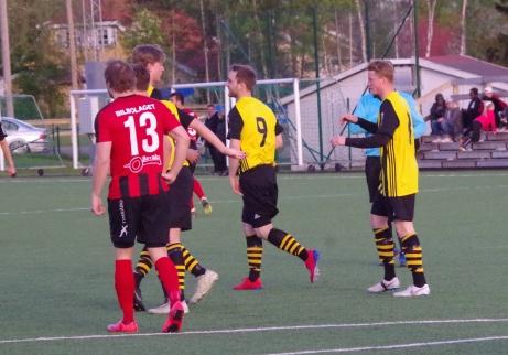 Bild 4: Jesper klappas om av sina lagkamrater efter ovanstående mål. Söråkers Emil Sjögren deppar. Foto: Pia Skogman, Lokalfotbollen.nu.