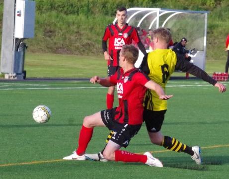 Bild 1: Söråkers Joar Steen och Kubens Jesper Svensson kampar om bollen uppe på Lötas konstgräs. Foto: Pia Skogman, Lokalfotbollen.nu.