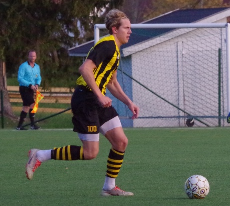 Bild 13: Kubens lagkapten William Rutenius Östman driver bollen. Foto: Pia Skogman, Lokalfotbollen.nu.