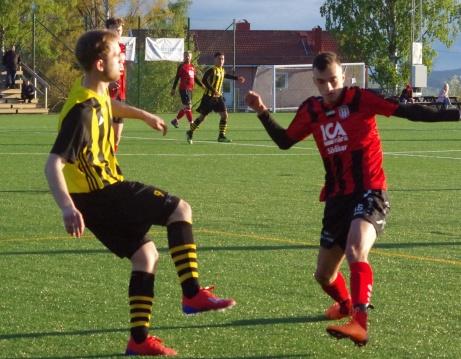 Bild 20: Bletuart Sallauka satte Kubens 2-0-mål. Här i kamp med Uros Kalember. Foto: Pia Skogman, Lokalfotbollen.nu.