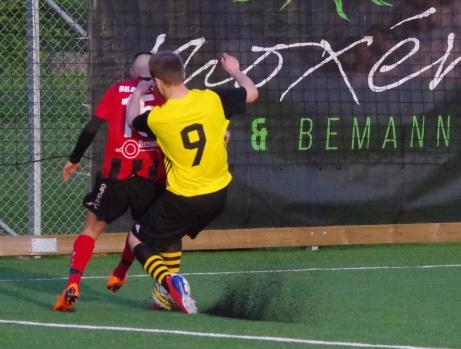 """Bild 21: """"Arti"""" och Uros i ny duell. Foto: Pia Skogman, Lokalfotbollen.nu."""