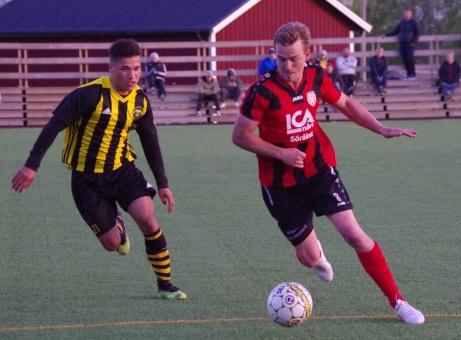 Bild 22: Joar Steen försöker rycka förbi gästernas Gafari Yasin. Foto: Pia Skogman, Lokalfotbollen.nu.