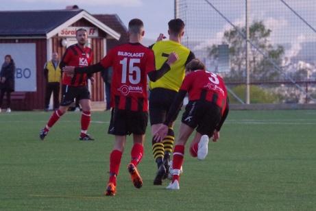 Bild 24; Fr v. Oidentifierad, Uros Kalember, Jesper Andersson och Alexander Hellberg.  Foto: Pia Skogman, Lokalfotbollen.nu.