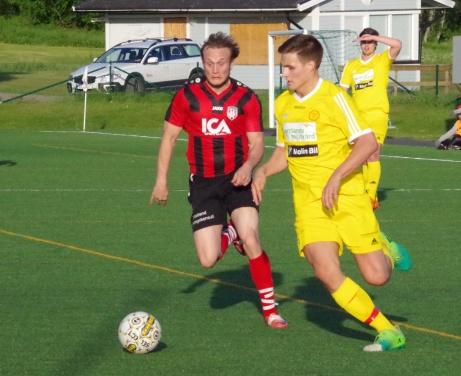 Bild 1. .Söråkers Emil Sjögren jagar ikapp Alnös Måns Lind. Foto: Pia Skogman, Lokalfotbollen.nu.