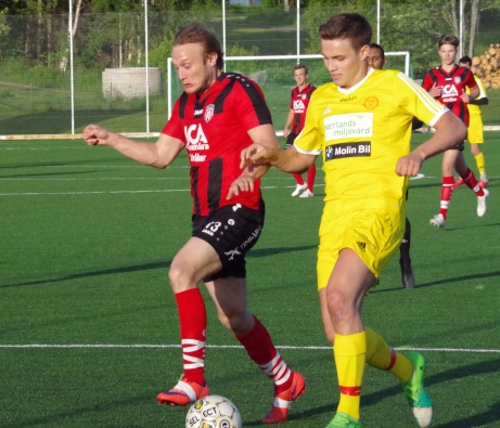 Bild 2. Ovanstående duell fortsätter. Foto: Pia Skogman, Lokalfotbollen.nu.
