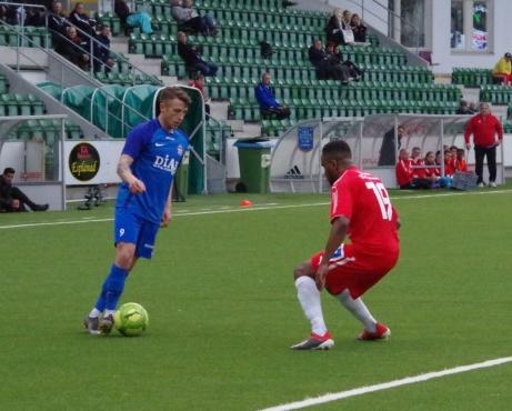 Bild 3: Stödes Semir Salia utmanar Lamin Kargbo.  Foto: Pia Skogman, Lokalfotbollen.nu.