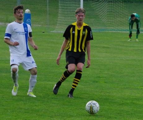 Bild 8. Tomas Decker igen och Eddie Åman. Men vem tar bollen i nästa moment? Foto: Pia Skogman, Lokalfotbollen.nu.