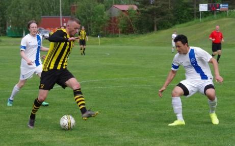 bild 32. Kubens Fitim Ugzmaijli försöker dribbla av Abozar Yaghobi ... Foto: Pia Skogman, Lokalfotbollen.nu.