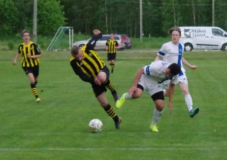 Bild 33. ...men Abozar låter sig inte luras utan kliver resolut in i duell... Foto: Pia Skogman, Lokalfotbollen.nu.