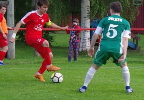 De möttes ett antal gånger under matchen Josh Chatte ochMattias Decker. Foto: Pia Skogman, Lokalfotbollen.nu.