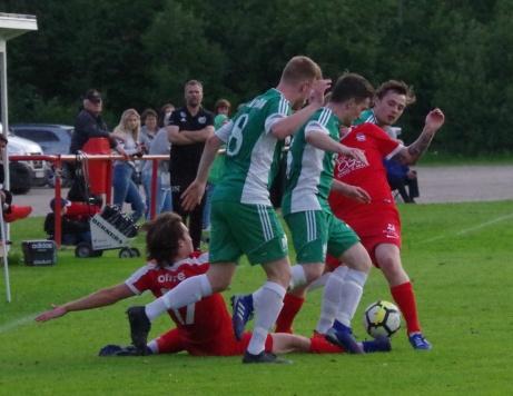 Stödes #17 Thomas Colby har gått i däck i ett myller av spelare i momentetefter den ovanstående bilden.Foto: Pia Skogman, Lokalfotbollen.nu.