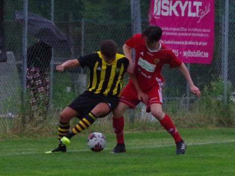 Seriefinalen mellan Kuben och Alnö innehöll fler tuffa närkamper än målchanser. Foto: Pia Skogman, Lokalfotbollen.nu.