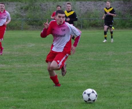 Stockviks Kefayatullah Aminullah har fullt fokus på bollen i en framstöt. Foto: Pia Skogman, Lokalfotbollen.nu.