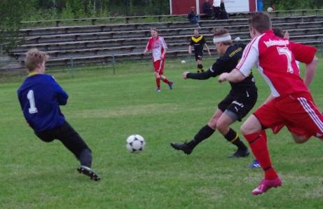 Joel Eriksson får ett gyllene läge att reducera till 1-2 men hemmakeepern Andreas Kallberg kommer ut och gör sig stor och räddar. Joel fick emellertd revansch i slutminuterna men hans mål räckte inte fram till poäng. .Foto: Pia Skogman, Lokalfotbollen.nu.