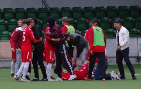 Bild 25. Stor glädje bland Sundspelarna sedan segern var bärgad. Foto: Pia Skogman, Lokalfotbollen.nu.