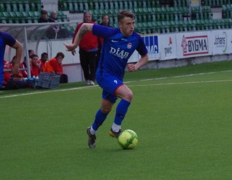 Bild 8. Semir Salia driver in bollen från kanten.... Foto: Pia Skogman, Lokalfotbollen.nu.