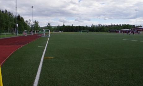 Så har Lokalfotbollen kommit fram till nästa hörnflagga - och solen försvunnit från den tidigare ganska blå himlen. Foto: Pia Skogman, Lokalfotbollen.nu.