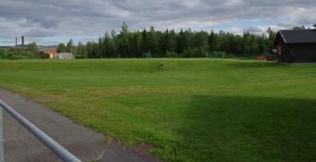 Bakom ena kortsidan finns det en naturgräsplan. Dock inte med fullstora mått. Foto: Pia Skogman, Lokalfotbollen.nu.