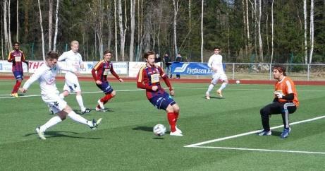 Ånge IF hade några fina säsonger då man tog sig från Medelpadsfyran till toppen av division 2 Norrland. Här gör Oskar Nordlund 2-0. på pass från Benny Mattsson, i ett derby mot Selånger (seger 2-1) inför rekordpubliken 1 maj 2014. Foto: Pia Skogman, Lokalfotbollen.nu.