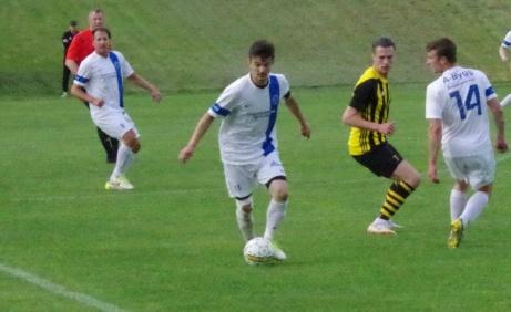 Bild 7. Torpshammars lagkapten Tomas Decker har bra koll på bollen. Foto: Pia Skogman, Lokalfotbollen.nu.