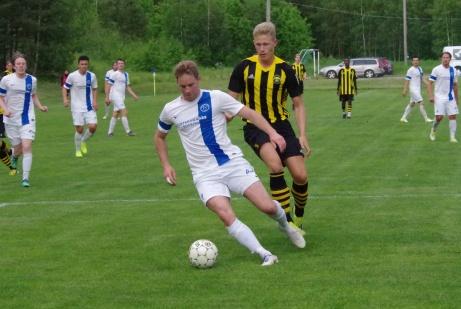 Bild 27. Stefan Lindman rycker ifrån Pontus Lundqvist. Foto: Pia Skogman, Lokalfotbollen.nu.