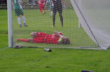 Stödes Josh Chatee går i mål - men inte bollen som smet precis förbi dobbarna på Josh. 3-0 där och matchen hade varit avgjord.Foto: Pia Skogman, Lokalfotbollen.nu.