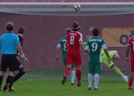 Khoger Hammad, utanför bild, nickar in Östavalls 2-2-mål på Mattias Larssons frispark tre minuter in på stopptid mot sitt förra lag Stöde. Foto: Pia Skogman, Lokalfotbollen.nu.