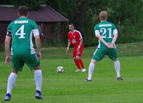 """Rahbi Hamdan funderar på att lyfta in bollen i boxen medan Jordan Binns och Joakim """"Jocke"""" Andersson försöker täcka. Foto: Pia Skogman, Lokalfotbollen.nu."""