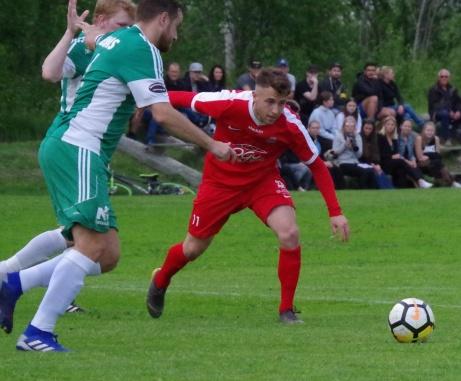 """Östavalls duo Jordan Binns och """"Jocke"""" Andersson gör sitt bästa för att stoppa Stödes Semir Salia. Foto: Pia Skogman, Lokalfotbollen.nu."""