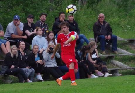 Hemmafavoriten Josh Chatees inlägg följs av en fokuserad publik på Stöde IP. Foto: Pia Skogman, Lokalfotbollen.nu.