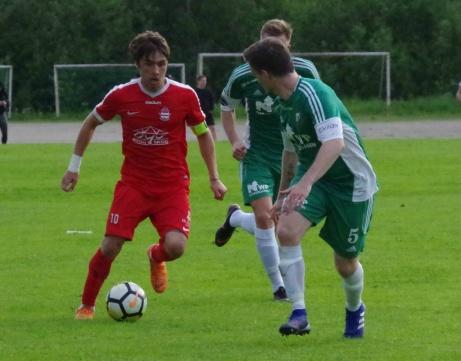 Här är det Mattias Deckers tur att bli utmanad avJosh Chatee. Foto: Pia Skogman, Lokalfotbollen.nu.