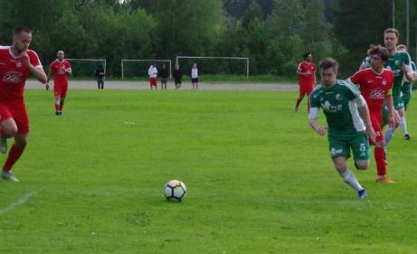Vem är snabbast till bollen? Stödes anfallare Bleart Ugzmaijlieller Östavalls försvarande Mattias Decker?Foto: Pia Skogman, Lokalfotbollen.nu.