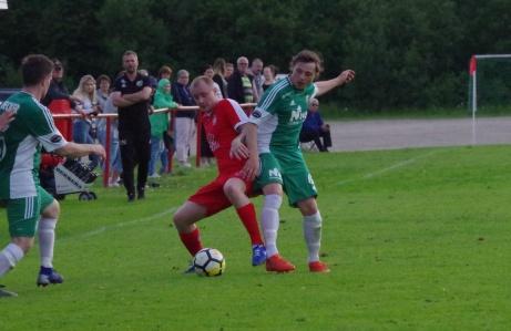 Stödes Felix Häggström och Östavalls Elias Wennerberg duellerar om bollen. Foto: Pia Skogman, Lokalfotbollen.nu.