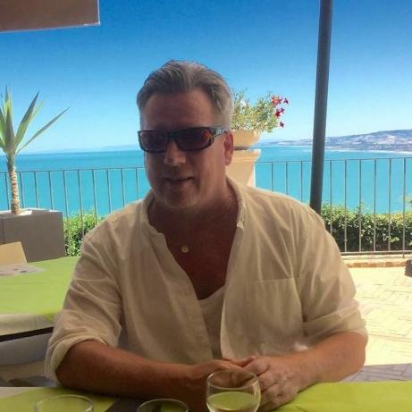 Den förre GIF- och Stockviksspelaren Kent Henriksson njuter av solen innan han kritar ner sin Drömelva av de spelare han lirat med genom åren. Det blev bara gamla Giffare när han var klar...